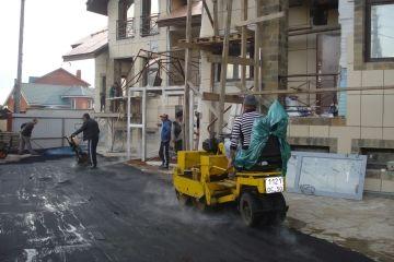 В Москве снимают новый асфальт и на его место кладут новый асфальт
