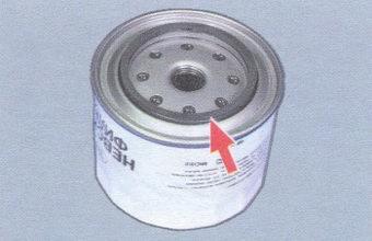 заливаем новый маслянный фильтр маслом