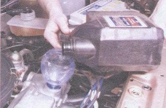 заливаем новое масло в двигатель автомобиля ваз 2109
