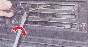 снимаем рукоятки рычагов управления отопителя