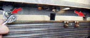 откручиваем гайки крепления радиатора
