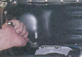 протераем сливную пробку и выкручиваем сливной болт