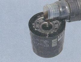 заполняем маслянный фильтр маслом приблизительно на 2/3