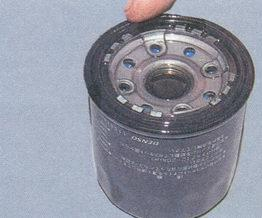смазываем уплотнительное кольцо маслянного фильтра