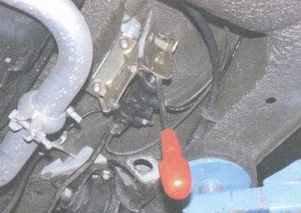 разблокируем регулятор давления задних тормозных механизмов